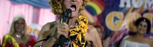 """An Enriquez, vendeur de rue de 82 ans, se produit dans un drag show avec les membres du collectif """"Golden Gays"""",  le 16 juin 2018 à Manille, aux Philippines [NOEL CELIS / AFP]"""