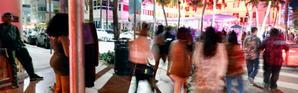 """Des étudiants en """"Spring break"""", à Miami Beach (Floride) le 22 mars 2019 [RHONA WISE / AFP]"""