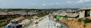 Des sacs de sable posés sur les toits des tentes de réfugiés rohingyas avant l'arrivée de la mousson, le 7 mai 2018 au camp de Kutupalong, au Bangladesh [Munir UZ ZAMAN / AFP]