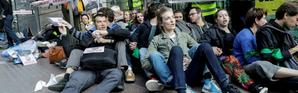 Des militants climat rassemblés devant l'entrée de la tour Société Générale à La Défense, le 19 avril 2019 [Thomas SAMSON / AFP]