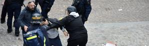Alexandre Benalla (casque et capuche) intervient le 1er mai sur un manifestant à Paris [Naguib-Michel SIDHOM / AFP/Archives]