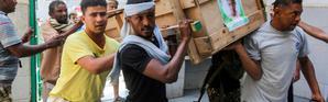 Des hommes portent un cercueil dans la ville portuaire de Hodeida, au Yémen, le 10 décembre 2018 [ABDO HYDER / AFP/Archives]