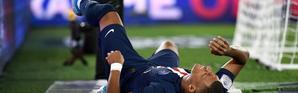 L'attaquant du PSG Kylian Mbappé blessé lors de la réception de Toulouse le 25 août 2019 [FRANCK FIFE / AFP]
