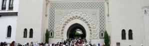 Des musulmans quittent la Grande mosquée de Paris à l'occasion de l'Aïd el-Fitr le 25 juin 2017 [Zakaria ABDELKAFI / AFP/Archives]