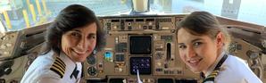 Mère pilote et fille copilote sont dans un cockpit.