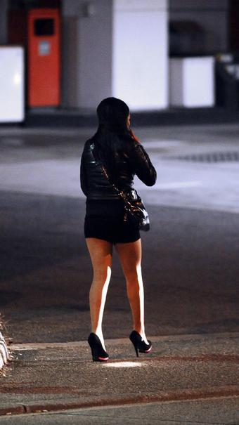 L'adolescente a expliqué aux policiers qu'elle était forcée par deux hommes à se prostituer de jour comme de nuit, tout comme une autre jeune fille qui n'était pas présente.