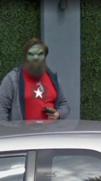 L'homme, fixant l'objectif, a été photographié en plein jour par les caméras du site dans une rue animée du centre-ville de Birmingham.