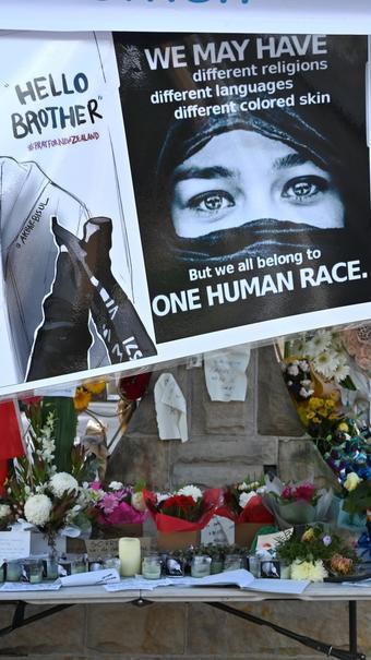 Des fleurs et des messages sont placés devant la mosquée Lakemba à Sydney, le 20 mars 2018, cinq jours après l'attentat contre deux mosquées à Christchurch, qui a fait 50 morts.