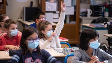 En la escuela primaria y secundaria, un solo caso confirmado de una variante del coronavirus conducirá al cierre de la clase.