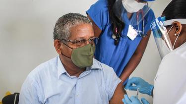 Le président des Seychelles Wavel Ramkalawan recevant sa première dose de vaccin le 10 janvier dernier.