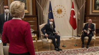 Ursula van der Leyen en el centro del acto diplomático