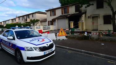 Un véhicule de police est garé devant la maison où une Chahinez Boutaa, mère de trois enfants, a été brûlée vive par son mari, le 5 mai 2021 à Mérignac.