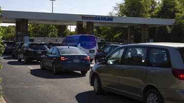 Les consommateurs faisaient la queue pour obtenir de l'essence, aggravant les pénuries