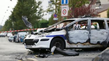 Un véhicule de police incendié à Viry-Châtillon dans l'Essonne après l'attaque de la voiture de patrouille le 8 octobre 2016  [Thomas SAMSON / AFP/Archives]