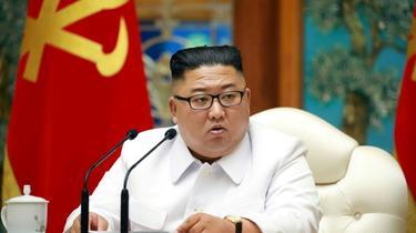 Le dirigeant nord-coréen Kim Jong Un lors d'une réunion d'urgence du bureau politique suite à un premier cas présumé de Covid-19 le 25 juillet 2020 [STR / KCNA VIA KNS/AFP]