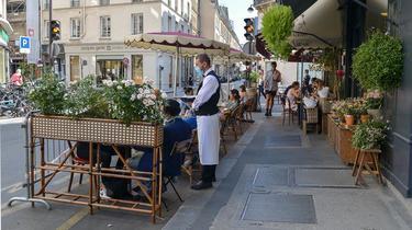 De nombreux cafés et restaurants parisiens ont installé leur terrasse sur des places de livraison.