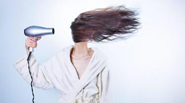 Die Luft eines Haartrockners, selbst der effizienteste von allen, trocknet das Haar unweigerlich aus, daher ist es am besten, seine Verwendung einzuschränken.  Die Luft eines Haartrockners, selbst der effizienteste von allen, trocknet das Haar unweigerlich aus, daher ist es am besten, seine Verwendung einzuschränken.