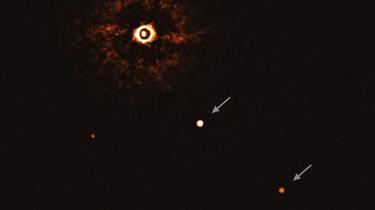 Ces points lumineux, une étoile et deux planètes, sont à 300 années-lumière de nous.