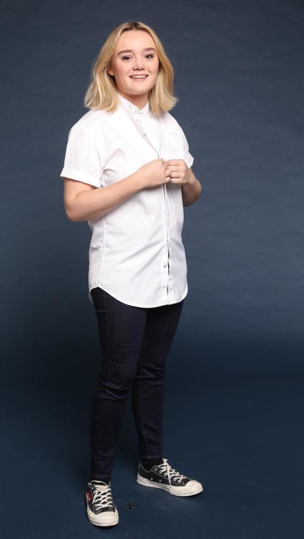 ALEXIA DUCHÊNE Second de cuisine chez Passerini, 23 ans, Paris (75). Avant de travailler pour le restaurant italien Passerini, où elle a été élue chef de l'année par le Fooding en 2017, Alexia a notamment collaboré pour le Paris Pop Up à Cannes et Arles, au Fera at Claridge's et Frenchie Covent Garden à Londres ou encore au Taillevent à Paris. Moitié anglaise, moitié française, Alexia se lance dans l'aventure Top Chef pour prouver que la cuisine n'est pas qu'une question de technique mais de sensibilité.