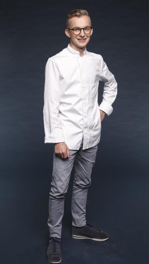 MAËL DUVAL Second – « L'Auberge Tiegezh » (1 Etoile), 20 ans, Guer (56). À seulement 20 ans, Maël est déjà second d'un chef étoilé. Jeune talent, son chef actuel a repéré sa créativité, et c'est d'ailleurs lui qui l'a poussé à s'inscrire à Top Chef.