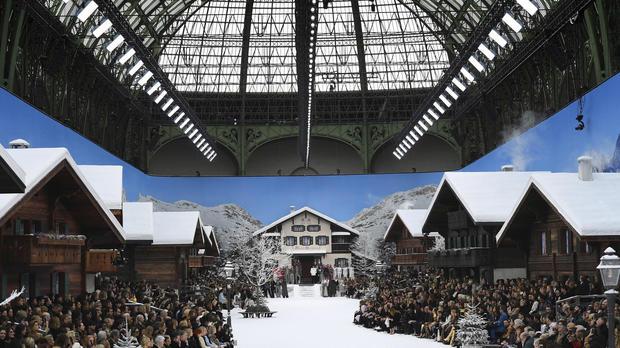 L'émotion était au rendez-vous mardi pour la dernière collection Chanel dessinée par Karl Lagerfeld, présentée dans un paysage immaculé et enneigé, aux allures de paradis blanc.