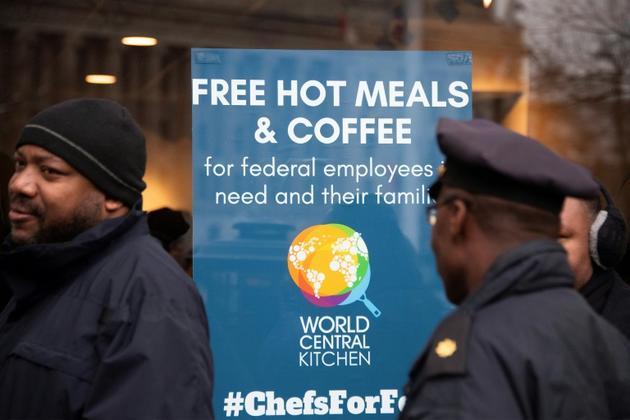 Des employés fédéraux privés de salaires font la queue devant un restaurant qui leur des repas, le 16 janvier 2019 à WAshington [Jim WATSON / AFP/Archives]