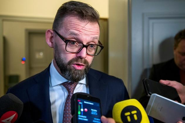 Bjorn Hurtig, l'avocat de Jean-Claude Arnault, parle à la presse au premier jour du procès en appel à Stockholm, le 12 novembre 2018 [Jonathan NACKSTRAND / AFP]