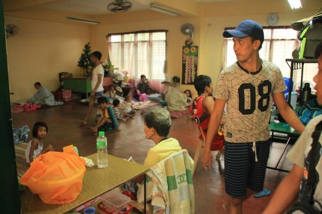 Des Philippins attendent l'arrivée du typhon Kammuri dans un refuge d'urgence à Legaspi Ciy, province d'Albay, au sud de la capitale Manille, le 2 décembre 2019 [RAZVALE SAYAT / AFP]