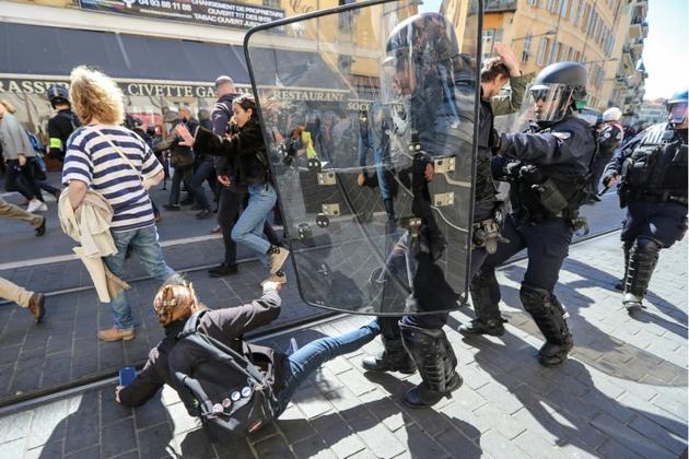 """Heurts entre policiers et """"gilets jaunes"""", le 23 mars 2019 à Nice [Valery HACHE / AFP/Archives]"""