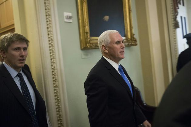Nick Ayers (à gauche), photographié le 5 décembre 2017 à Washington, aux côtés du vice-président Mike Pence [Drew Angerer / GETTY IMAGES NORTH AMERICA/AFP/Archives]