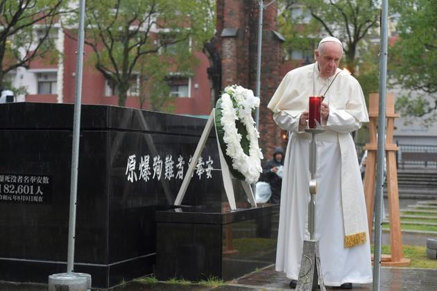 Le pape François rend hommage aux victimes du bombardement atomique de 1945 à Nagasaki, le 24 novembre 2019 [Handout / VATICAN MEDIA/AFP]