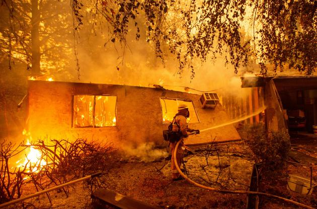 Des pompiers luttent contre l'incendie qui dévaste des habitations à Paradise, en Californie, le 10 novembre 2018. [Josh Edelson / AFP]