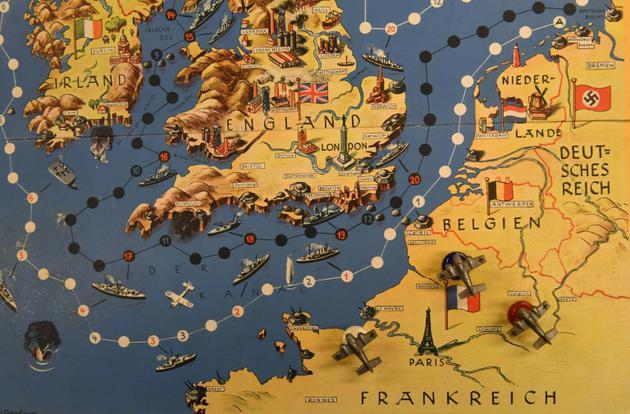 """Plateau de """"Nous marchons sur l'Angleterre"""", jeu de société de l'époque nazie basé sur la conquête de l'Angleterre par les troupes hitlériennes, conservé aux archives Bayerisches Spielearchiv des jeux de société, à Munich (sud de l'Allemagne), le 12 décembre 2018  [Christof STACHE / AFP]"""