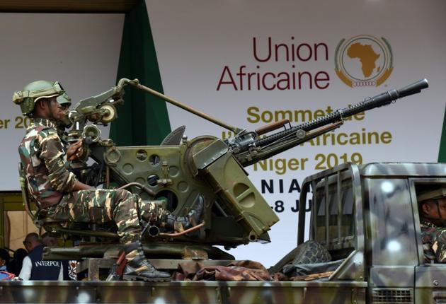 Sécurité renforcée à Niamey qui accueille le sommet de l'Union africain (UA). Devant le Palais des Congrès le 4 juillet 2019 [ISSOUF SANOGO / AFP]