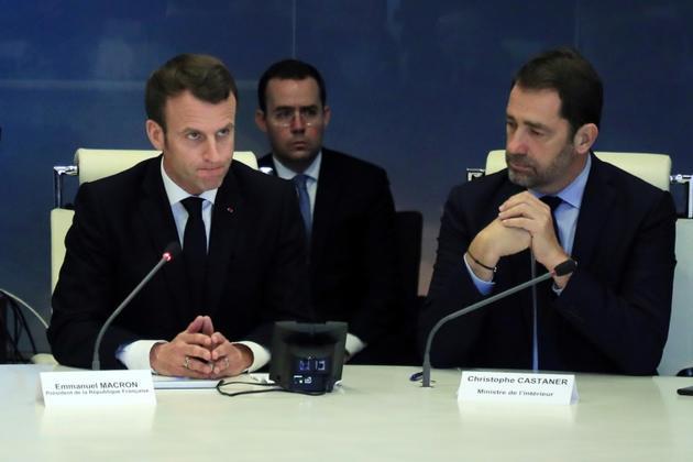 Emmanuel Macron (G) présidant une réunion de crise avec le ministre de l'Intérieur Christophe Castaner (D), au ministère de l'Intérieur à Paris, le 16 mars 2019 [Christophe Petit-Tesson / POOL/AFP]
