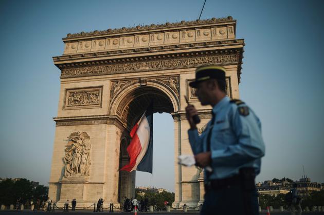 Un gendarme devant l'Arc-de-Triomphe avant le défilé militaire sur les Champs-Elysées, le 14 juillet 2018 à Paris [Lucas BARIOULET / AFP]
