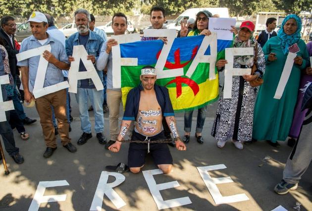 Des manifestants demandent la libération de Nasser Zefzafi, leader du Hirak, le mouvement de contestation qui a agité la région du Rif en 2016-2017, lors de son procès en première instance le 24 octobre 2017 à Casablanca.<br />  [FADEL SENNA / AFP/Archives]