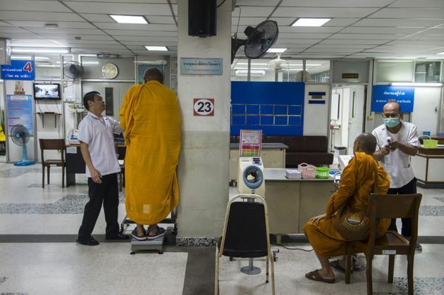 Des moines se font examiner, le 12 novembre 2018 dans un hôpital pour les moines à Bangkok, en Thaïlande [Romeo GACAD / AFP/Archives]