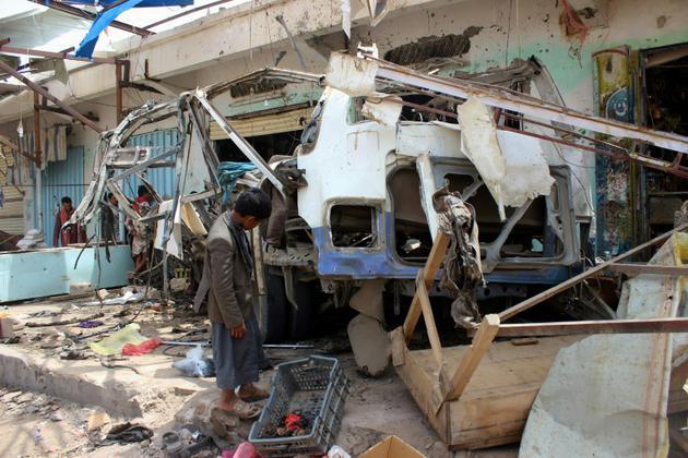 Un bus détruit à Dahyan, dans le nord du Yémen, par une frappe attribuée à la coalition militaire dirigée par les Saoudiens. Photo prise le 10 août 2018 au lendemain du raid qui a fait 51 morts dont 40 enfants selon le CICR [STRINGER / AFP]