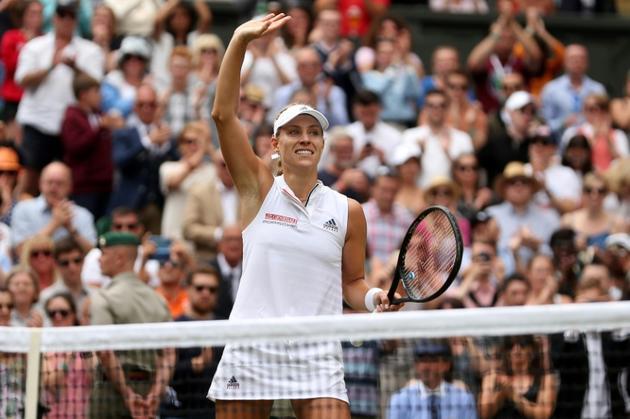 L'Allemande Angelique Kerber salue les spectateurs après sa victoire face à la Russe Daria Kasatkina  en quarts de finale à Wimbledon, le 10 juillet 2018 [Daniel LEAL-OLIVAS / AFP]