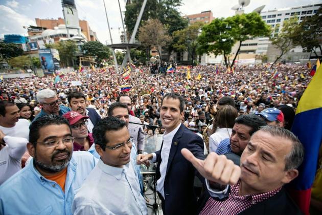 L'opposant vénézuélien Juan Guaido entouré par des partisans, lors d'un rassemblement après son retour au Venezuela, le 4 mars 2019 à Caracas [Donaldo BARROS / Service photographique de Juan Guaido/AFP]