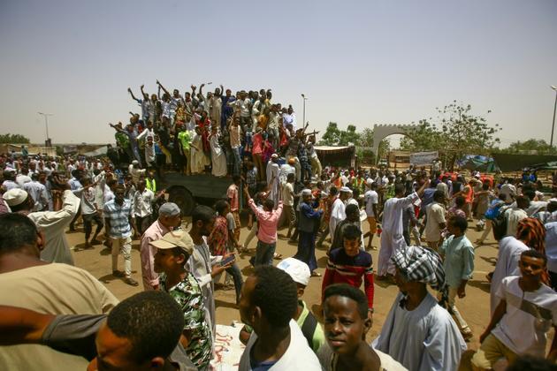 Les Soudanais maintiennent leur sit-in devant le QG de l'armée à Khartoum, le 27 avril  2019 [ASHRAF SHAZLY / AFP]