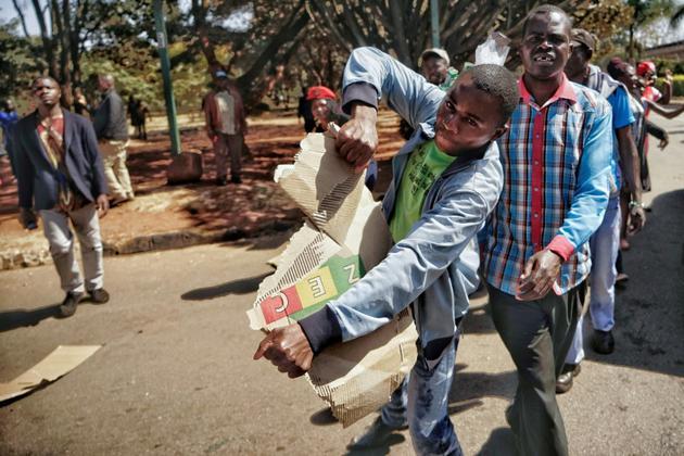 Un opposant déchire des urnes de la présidentielle au Zimbabwe, 1 août 2018,  Harare [Luis TATO / AFP]