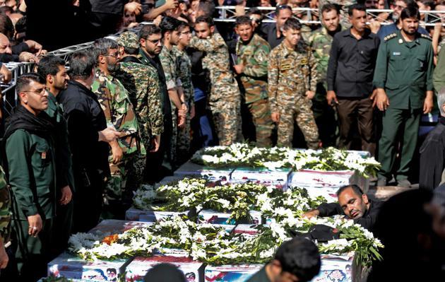 Des soldats iraniens se recueillent lors des funérailles des victimes de l'attentat d'Ahvaz, dans le sud-ouest de l'Iran, le 24 septembre 2018 [ATTA KENARE / AFP]