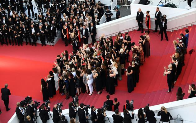 """Cate Blanchett et Agnès Varda, entourées de 80 actrices, productrices, décoratrices, distributrices, pour l'""""égalité salariale"""", à Cannes le 12 mai 2018 [Anne-Christine POUJOULAT / AFP]"""