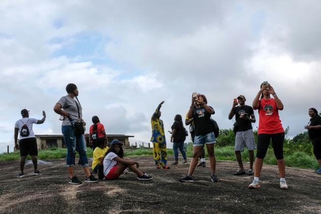 Un groupe de jeunes touristes découvrent les collines d'Idanre au Nigeria, le 25 août 2018 [Florian PLAUCHEUR / AFP]