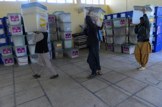 Des employés de la Commission électorale indépendante (CEI) afghane transportent des urnes, le 21 octobre 2018 à Herat  [HOSHANG HASHIMI / AFP]