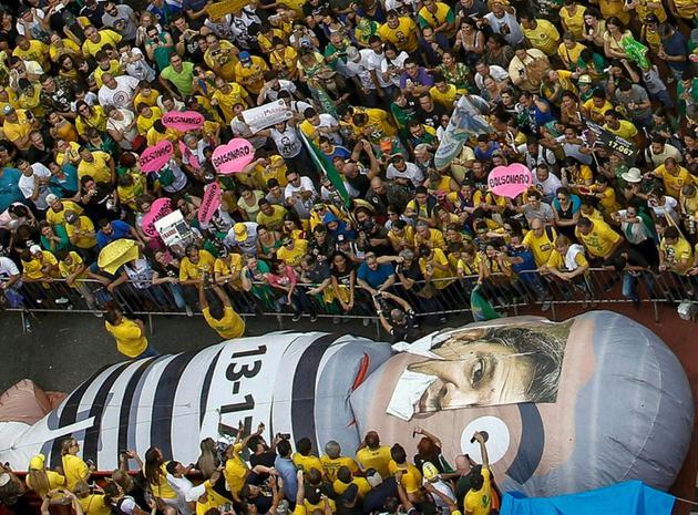 Des partisans du candidat d'extrême droite Jair Bolsonaro, le 30 septembre 2018 à Sao Paulo [Miguel SCHINCARIOL / AFP/Archives]