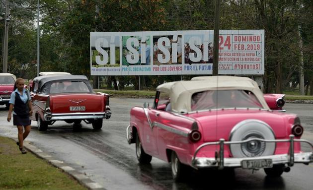 """Des affiches appellent à voter """"oui"""" au référendum sur la nouvelle constitution cubaine, le 13 février 2019 à La Havane [YAMIL LAGE / AFP]"""