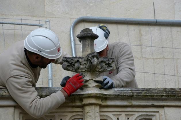 Des ouvriers à l'œuvre pour la restauration de l'hotel de ville de La Rochelle, le 18 novembre 2019 [MEHDI FEDOUACH / AFP]